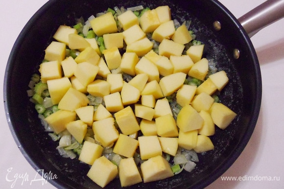Добавить к овощам кабачки.