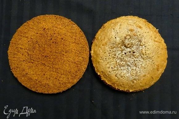 Готовый пышный бисквит аккуратно разрезать на коржи (чтобы торт имитировал печенье, мы разрезали на два).