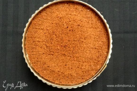 Для того, чтобы бортик торта был ровным, можно использовать кольцо от разъемной формы. Накрываем сверху вторым коржом.