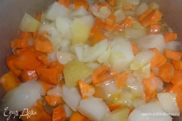 Обжаренные лук с морковью выложить в кастрюлю с картошкой.