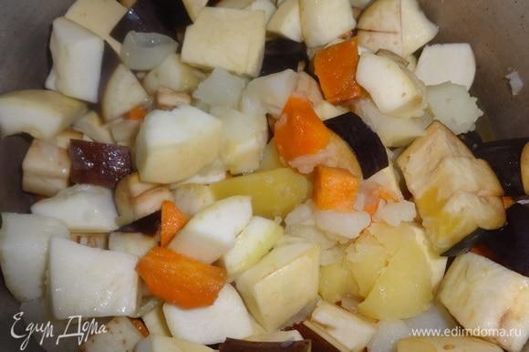 Положить в кастрюлю нарезанные кабачок и баклажан. Продолжать варить на медленном огне до мягкости овощей.