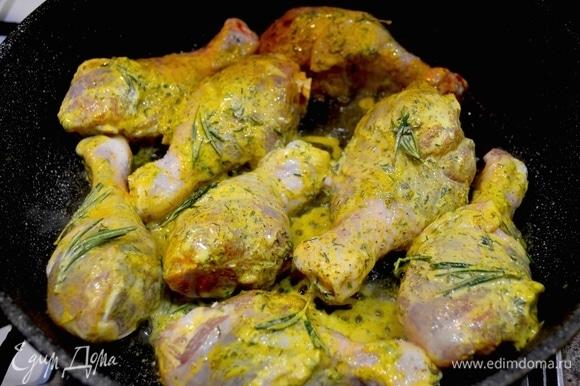 Куриную голень промыть, посыпать специями, зеленью, чесноком, куркумой для солнечного цвета. Добавить 4 ст. л. сметаны, перемешать и оставить мариноваться.