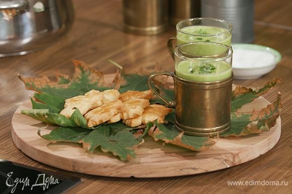 Разлить суп по чашкам, пиалам или стаканам, украсить свежим базиликом. Рядом на блюдо выложить печенье.