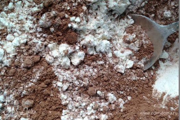 Смешать все сухие ингредиенты: просеянную муку, какао-порошок, корицу, соду и разрыхлитель.