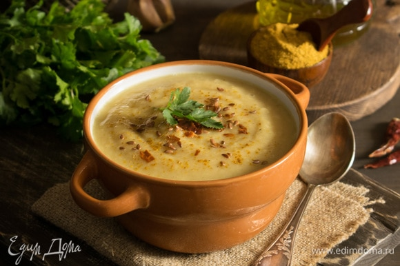 Разлить суп по тарелкам, можно посыпать льняными семечками и раскрошить сверху сушеный перец чили. Приятного аппетита!