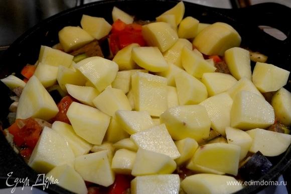 Следом запускаем картошку, нарезанную не очень крупно. Добавить специи и соль.