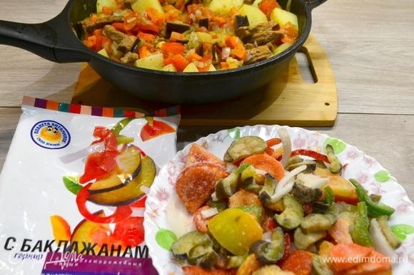 Когда овощи и картошка уже практически готовы и немного осели, в сковороде остается немного пустующего места. Тут приходит на помощь гарнир с баклажанами ТМ «Планета Витаминов», который идеально подходит по составу и качеству к нашему лагману!