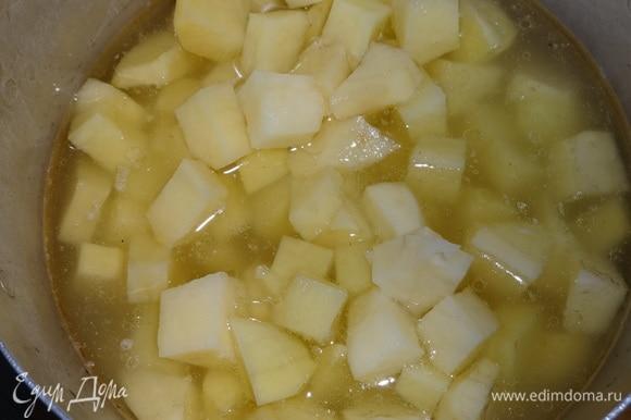 Картофель положить в бульон из-под курицы и варить почти до готовности.