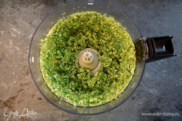 Овощи откинуть на сито и дать полностью стечь влаге. Измельчить в кухонном комбайне брокколи, фасоль и зеленый горошек в течение 3–4 секунд. Для аромата к овощам можно добавить зубчик чеснока.
