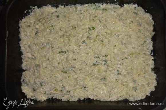 В смазанную маслом форму выложить половину капустной массы с брынзой, разровнять.
