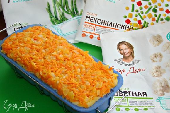 Сверху равномерно и плотно уложить морковный слой. Запекать в разогретой до 170–180°C духовке минут 35.