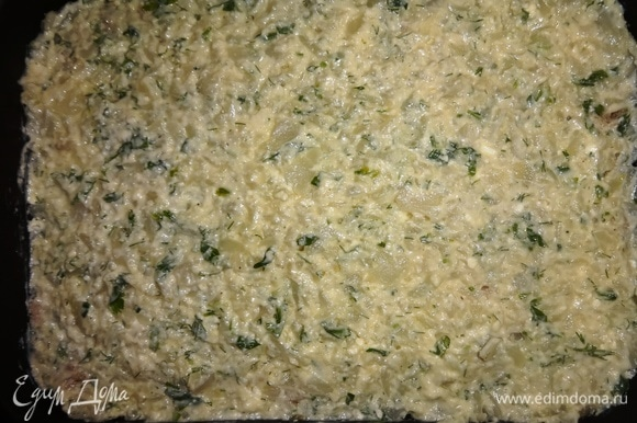 Поверх фарша выложить оставшуюся половину капустной массы. Поставить форму в духовку, разогретую до 180 ͦ С, на 30–35 минут.