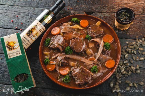 Подавайте мясо с тушеными овощами и соусом гремолата.
