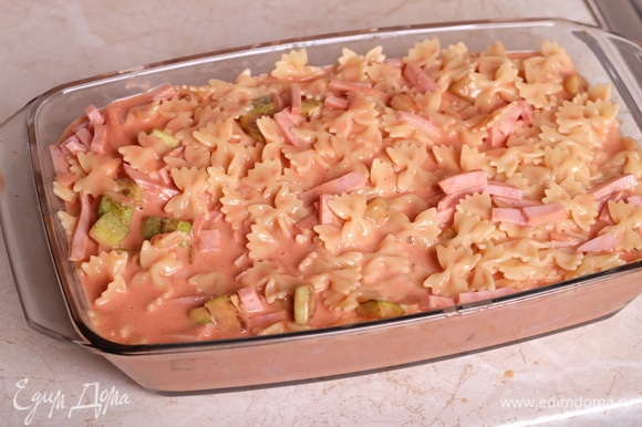 Выложить полученную смесь в форму для запекания. Посыпать сверху сыром.