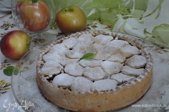Остывший пирог посыпаем сахарной пудрой. Автор рекомендует подавать со взбитыми сливками или сметаной.