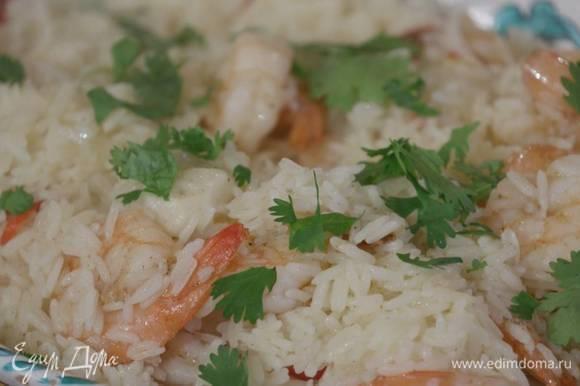 Накрыть сотейник крышкой и готовить 25–30 минут на самом маленьком огне, затем выложить на блюдо и посыпать измельченной руками кинзой.