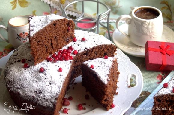 Подаем воздушный пирог к кофе, чаю.