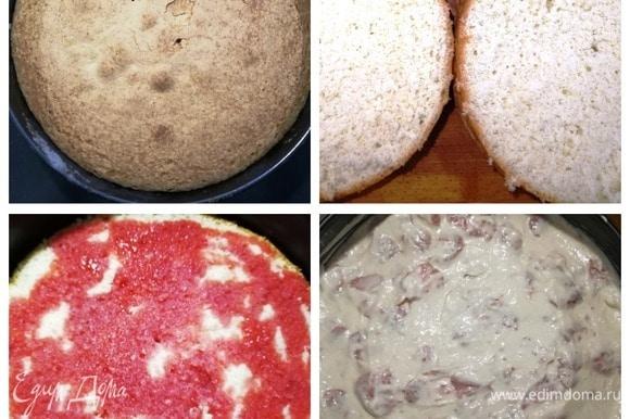 Готовый бисквит вынимаем из духовки и охлаждаем. Разрезаем на 2 части. Выкладываем обратно в форму верхнюю часть бисквита и поливаем ее сиропом от клубники. Выкладываем на корж 2/3 крема. Накрываем вторым коржом. Пропитываем сиропом, выкладываем оставшийся крем.