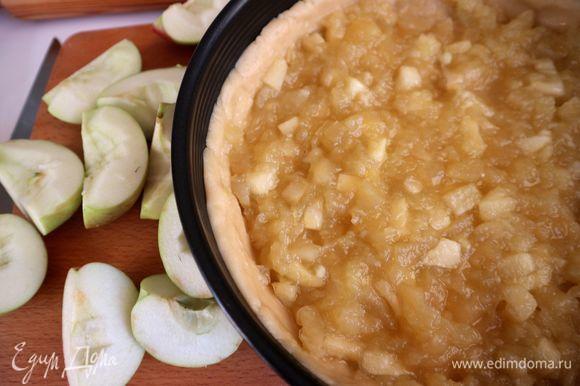 На тесто поместить компоте ровным слоем, яблоки (сорт «Слава победителям») нарезать на четвертинки, удалить семенную часть, очистить.