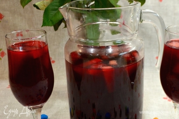 Переливаем полный витаминов компот в графин и подаем родным!