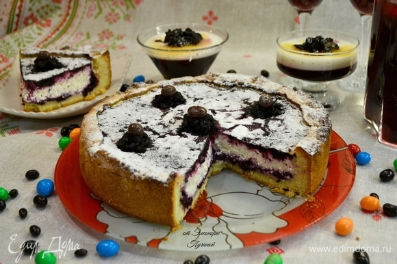 Разрезаем на порции наш не просто вечерний, а какой-то уже прям праздничный пирог!