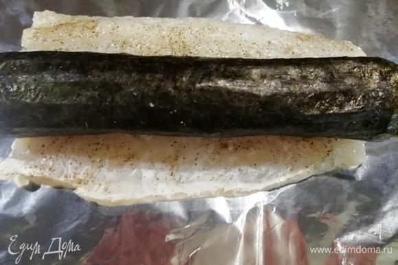 Рыбу выкладываем на фольгу. На филе судака выкладываем овощной ролл.