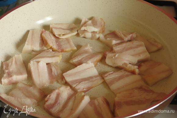 На сковородке или в котелке обжариваем бекон.