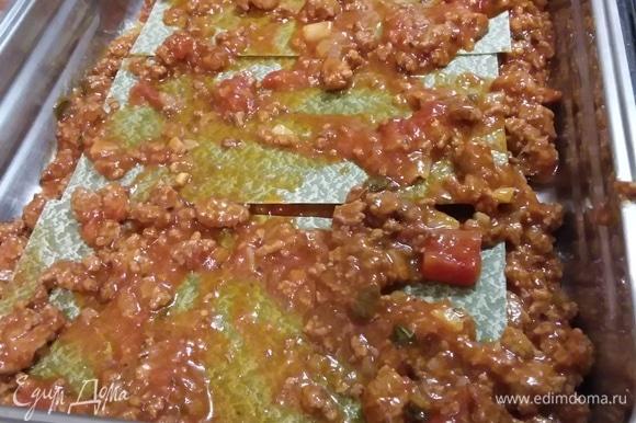 Форму для выпечки смазать маслом. Выложить на дно небольшое количество соуса, затем — листья лазаньи, затем — опять соус. Листья лазаньи у меня такие, которые не нужно предварительно отваривать.