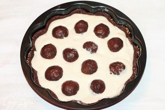 Выкладываем шарики на творожную заливку. Выпекать пирог в уже разогретой духовке при температуре 180–190°C до готовности (примерно 35–40 минут). Готовый пирог остудить, затем вынуть из формы.