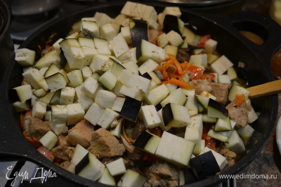 Тут у нас постепенно уже пошли лук, морковь, баклажан.