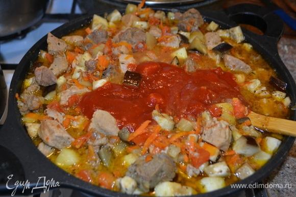 Далее идут кабачок, помидоры, томатный соус. Все накрываем крышкой и тушим.