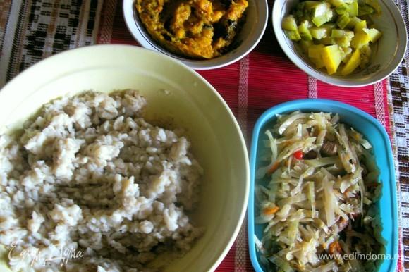 Отвариваем макароны до состония каши (по времени это минут 15). Для начинки можно брать что угодно (я взяла тыквеный мусс с белыми грибами, бигус и, конечно же, соус «Романовы», рецепт которого выкладывала ранее).