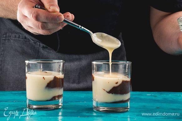 Выложите крем слоями в стеклянные креманки.