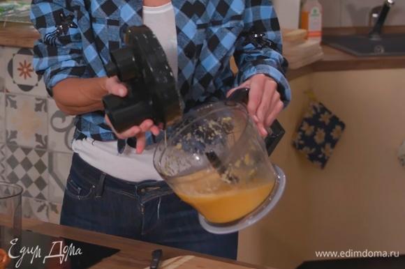 В блендере измельчить апельсины с оливковым маслом.