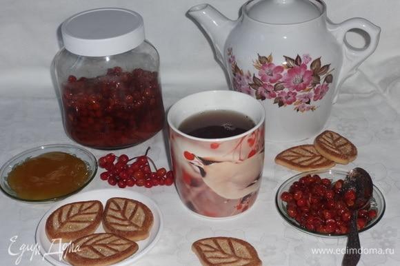 Разлить чай по чашкам. В каждую положить по вкусу бальзам из калины, перемешать. Для аромата, пользы и сладости можно добавить в чай ложечку меда. Подавать чай как самостоятельный напиток или с любимой выпечкой. Приятного чаепития!
