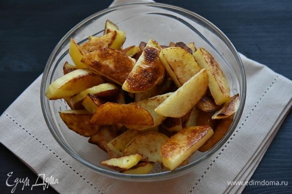 Картофель нарезать ломтиками и обжарить на отдельной сковороде до румяности, использовав часть растительного масла.
