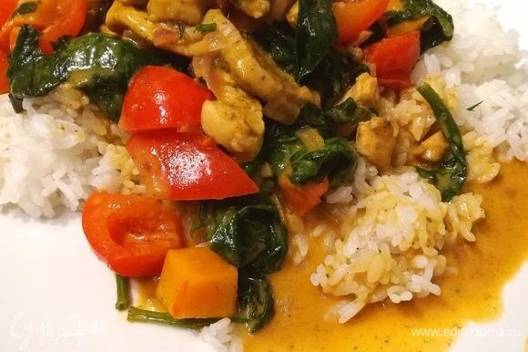 Идеальный гарнир для карри — это душистый рассыпчатый рис.
