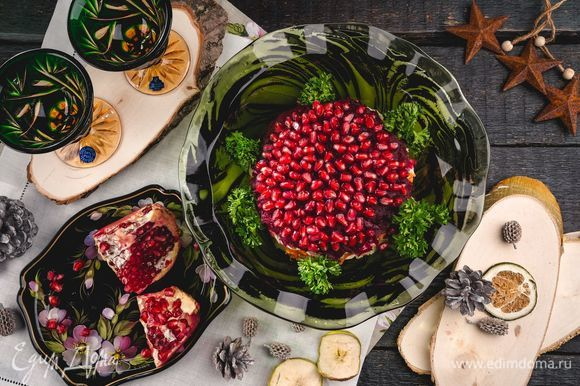 Украсьте стол салфеткой «Крестецкая строчка». Подавайте салат в блюде от «Гусевского Хрустального завода». Дополнить оформление поможет гранат на подносе, выполненном в технике жостовской росписи. Предметы для сервировки стола вы найдете в бутике интерьерных решений «РУССКАЯ ПАЛИТРА». Приятного аппетита!