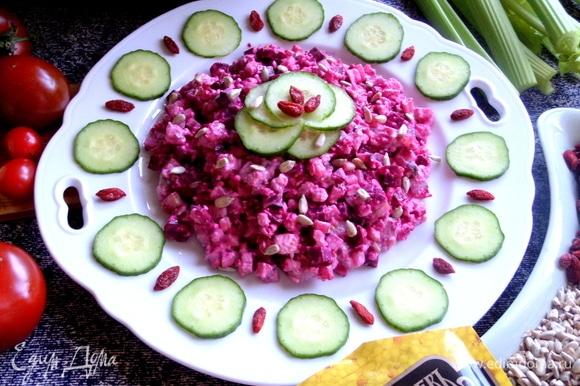 Выкладываем салат на тарелку.