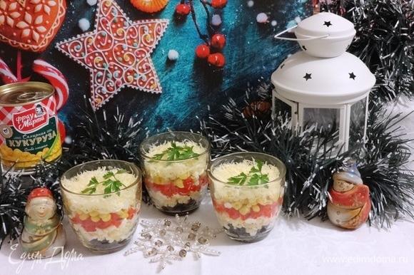 Наш праздничный салат готов! Подаем его на красиво сервированный стол. Всем приятного аппетита! И счастливого Нового года!