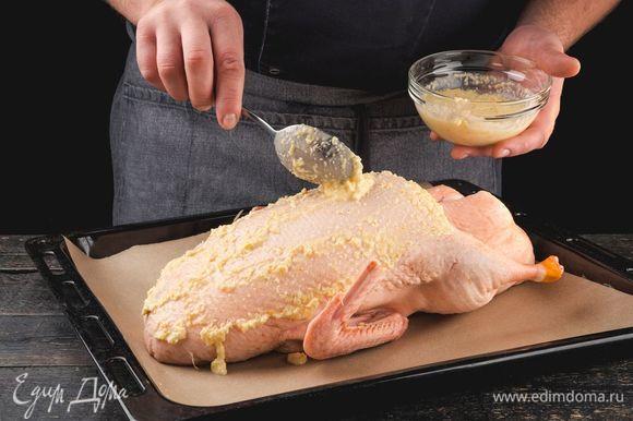 Очищенную от перьев утку натрите большей частью полученной массы.