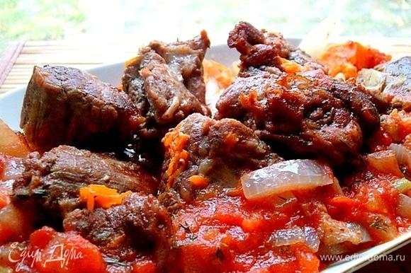 Достаем мясо, укладываем его на овощи. Поливаем запеченное мясо соусом. Возвращаем форму в духовку еще на 5 минут.