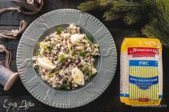 Готовый салат украсьте зеленью. Необычная версия оливье удивит ваших гостей!