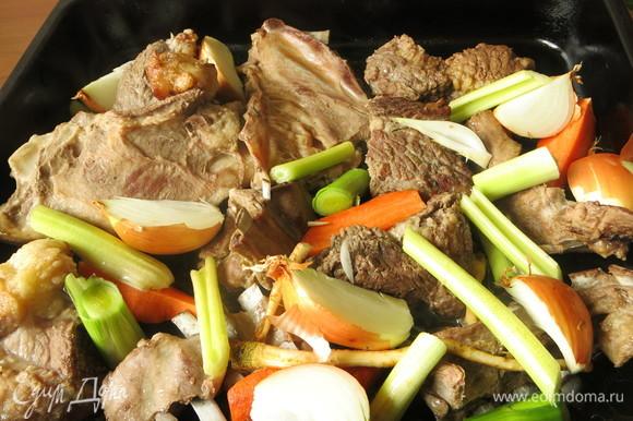 Переворачиваем мясо. Кладем овощи на мясо.