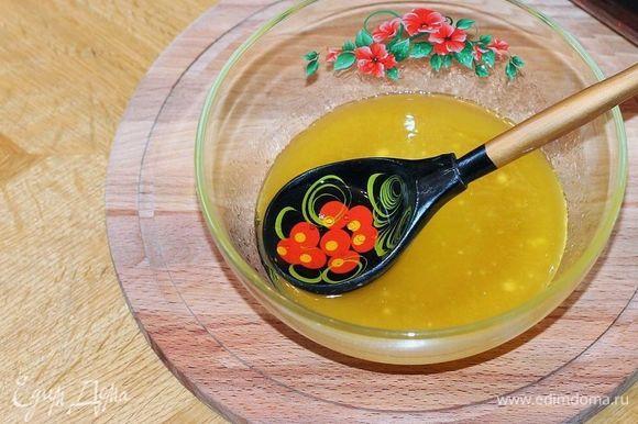 Масло растапливаем в микроволновке. Добавляем сахар, ром (можно заменить коньяком или парой капель ромового ароматизатора) и перемешиваем.