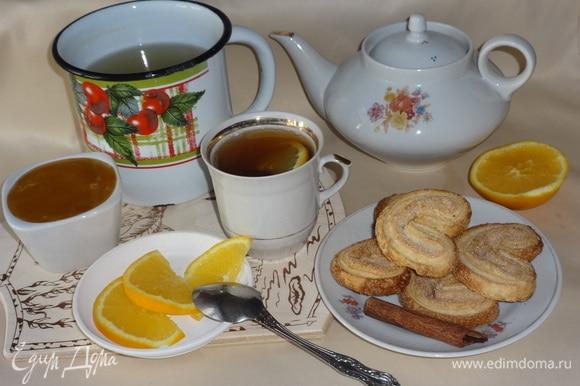 Налить в чашку чайную заварку, добавить отвар корицы и апельсина. Оставшийся апельсин нарезать дольками. Положить в чай дольку апельсина. Добавить в чай по вкусу мед или сахар. Всем приятного аппетита!