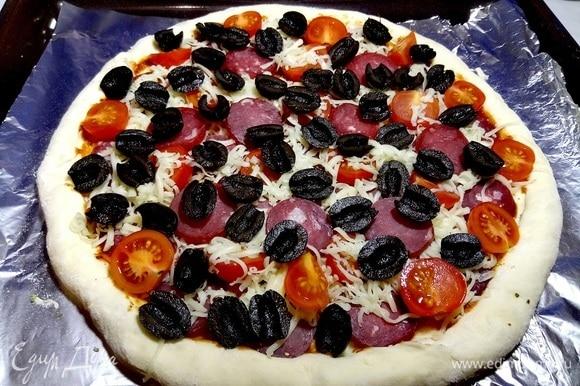 Выкладываем оставшуюся часть пармской колбасы и томатов черри. Добавляем маслины.