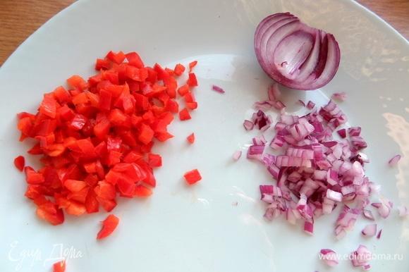 Измельчить немного сладкого перца и красного лука.
