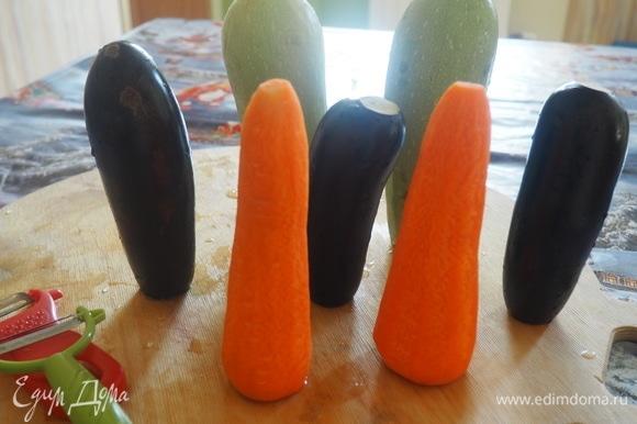 Овощечисткой режем все овощи на длинные тонкие пластины.