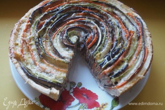 Подаём разрезав на порционные куски. Получается очень красиво и вкусно. Приготовить такой пирог можно и на праздник, и на обычный семейный ужин. Он станет настоящим украшением стола. Приятного аппетита!